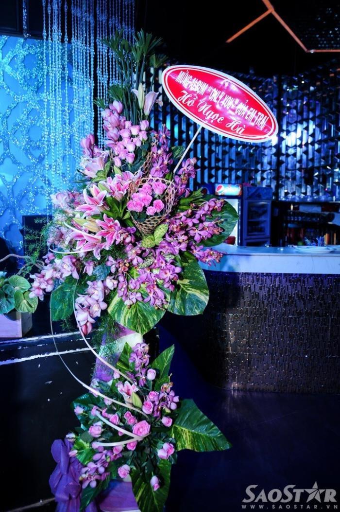 """Hồ Ngọc Hà bận lưu diễn nhưng vẫn không quên gửi hoa chúc mừng """"đàn em""""."""