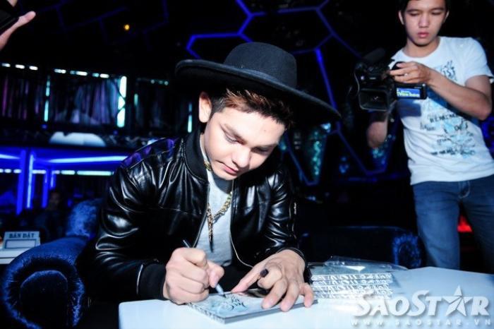 Sơn Ngọc Minh ký tặng album sau sự kiện.
