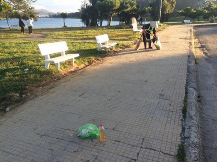 Công nhân vệ sinh thường xuyên quét dọn rác bên bờ hồ Xuân Hương để giữ gìn mỹ quan đô thị cho thành phố.