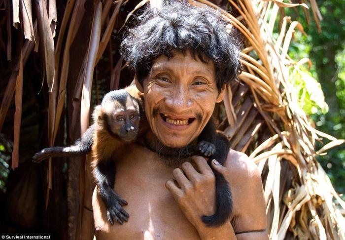 Lạ lùng bộ tộc nuôi động vật bằng sữa người ảnh 5