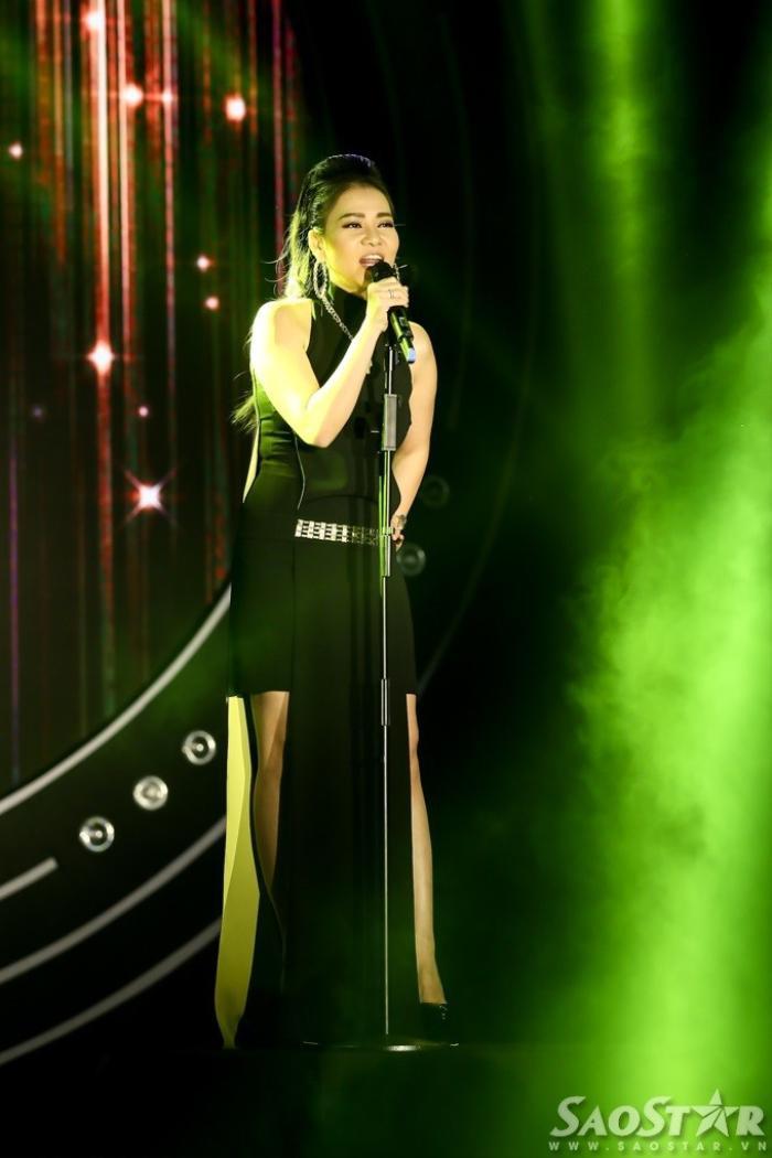 Tối 10/12, bên cạnh phần trao cúp, sân khấu POPS Awards 2015 cũng sôi để lại nhiều cảm xúc với loạt tiết mục từ các nghệ sĩ khách mời. Trong ảnh, Thu Minh gửi tặng mọi người ca khúc Đừng yêu.
