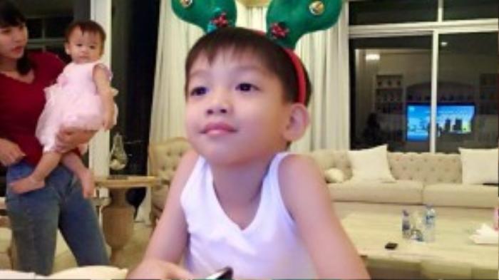 Cậu nhóc Subeo tranh thủ ngắm lại thành quả của hai mẹ con đã đạt được.
