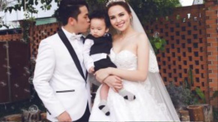 Hoa hậu nở nụ cười viên mãn bên chồng và con trai.