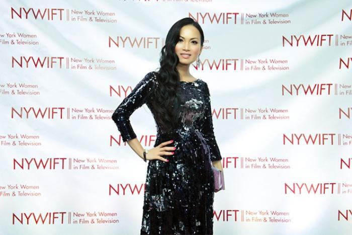 Cuối tuần qua, Hà Phương có dịp tham gia lễ trao giải Muse Awards của tổ chức Woman In Flim diễn ra ở New York. Đây là giải thưởng ghi nhận thành tích xuất sắc trong các lĩnh vực nghệ thuật, truyền thông. Ngay khi xuất hiện trên thảm đỏ sự kiện, vợ tỷ phú Chính Chu thu hút sự chú ý của giới truyền thông Hollywood.