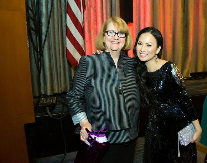 Đặc biệt, Hà Phương còn gặp gỡ Terry Lawler - giám đốc điều hành tổ chức Woman In Film. Họ trò chuyện sôi nổi về các hoạt động của Woman In Film trong thời gian qua cũng như những dự định mới trong tương lai. Từ khi trở thành thành viên của tổ chức phi lợi nhuận này, cô nhiệt tình đóng góp tài chính và tích cực tham gia hoạt động, nhằm góp phần giúp đỡ, hỗ trợ cho các phụ nữ trên khắp thế giới theo đuổi giấc mơ nghệ thuật.