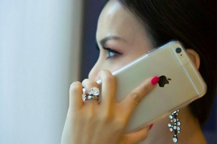 """Người đẹp diện đầm đen đính kim sa lấp lánh, mái tóc bồng bềnh và phong cách trang điểm tự nhiên… thể hiện trọn vẹn nét đẹp thanh lịch, đậm màu sắc phương Đông ở Hollywood. Ngoài ra, Hà Phương còn gây ấn tượng với chiếc nhẫn kim cương """"khủng"""" trên tay. Chiếc nhẫn của nữ diễn viên - ca sĩ, nhà sản xuất Việt Nam trị giá 1 triệu USD và chỉ có 2 viên kim cương như thế này trên toàn thế giới."""