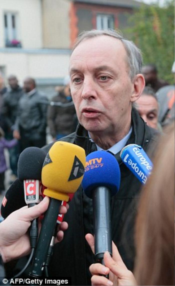Thị trưởng thành phố đến thị sát hiện trường và trả lời phỏng vấn.