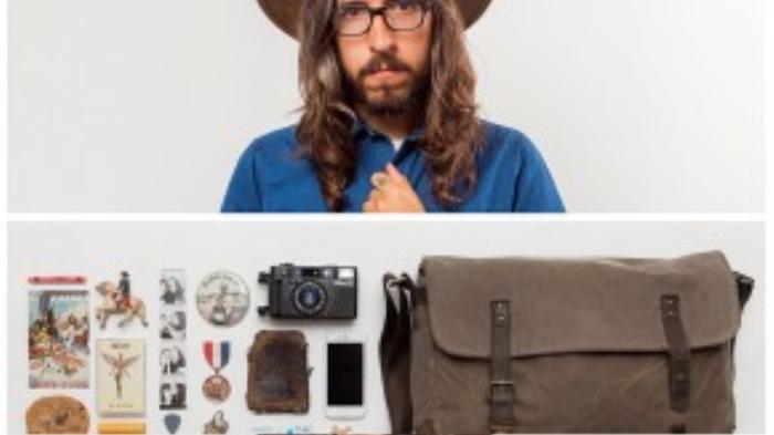 Tác giả Jason Travis cùng những món đồ trong túi của anh.