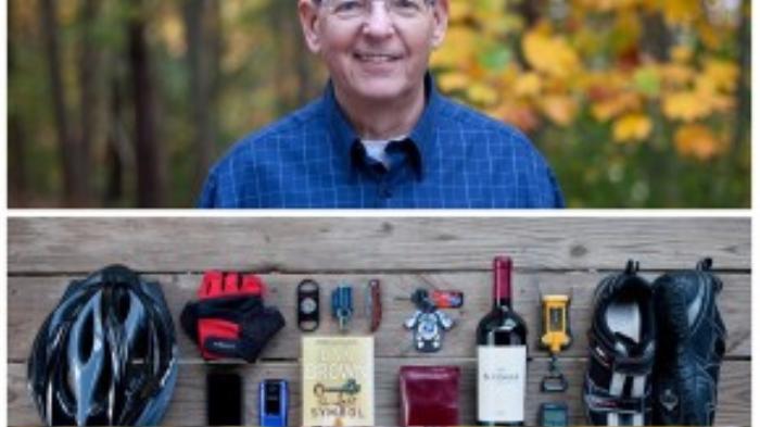 Người đàn ông này mang theo nhiều dụng cụ tập thể thao như giày, mũ bảo hiểm, găng tay… và cả rượu cùng đồ khui.