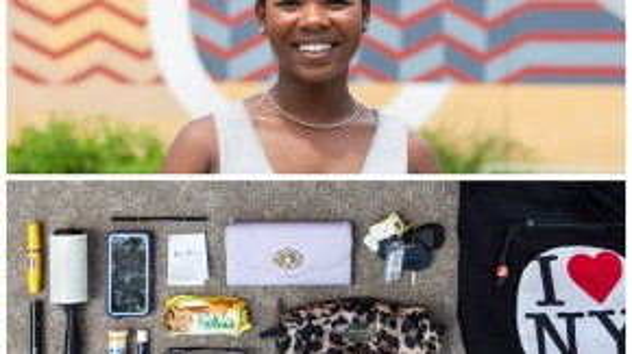 Một số người mang theo những vật dụng rất truyền thống trong túi như chìa khóa, đồ trang điểm và điện thoại di động.