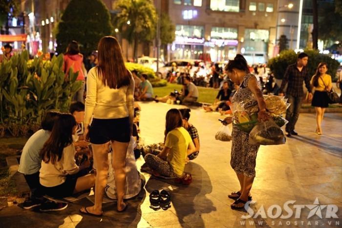 Người ngồi la liệt khắp nơi. Người bán đồ ăn đồ uống hoạt động như con thoi.
