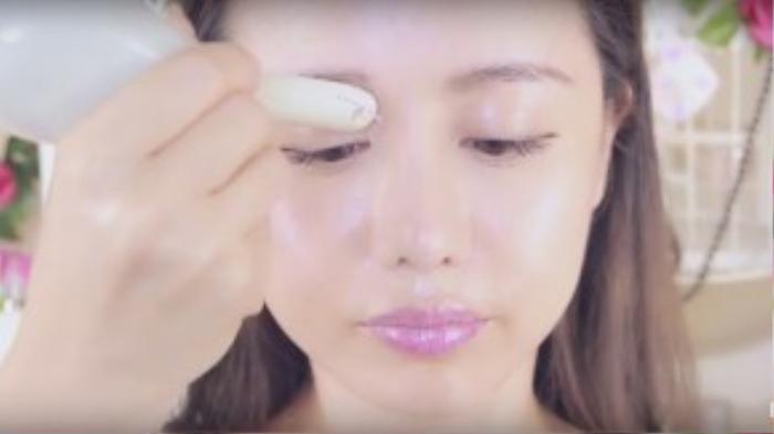 Dùng cán thìa massage nhẹ nhàng vùng mắt từ hốc mắt ra ngoài.