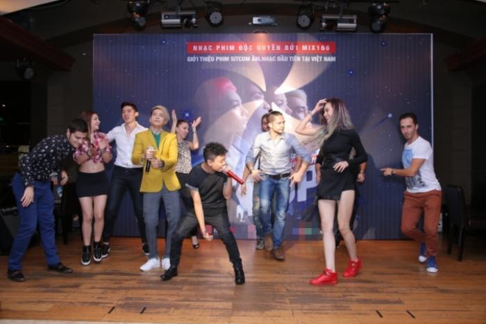 """S.T còn """"góp vui"""" một tiết mục cùng JustaTee và những thí sinh tham gia Bước nhảy hoàn vũ 2016"""