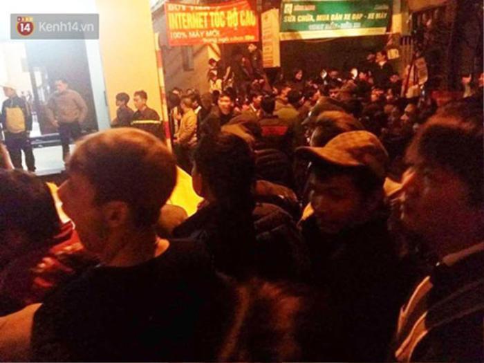 Người dân tập trung đông tại nơi xảy ra vụ việc - (Ảnh độc giả cung cấp).