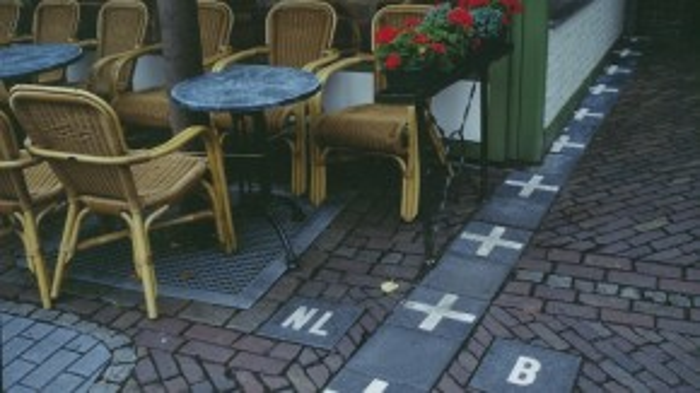 Bạn có thể hẹn cafe tại Hà Lan rồi bước một chân là sang đến đất Bỉ.