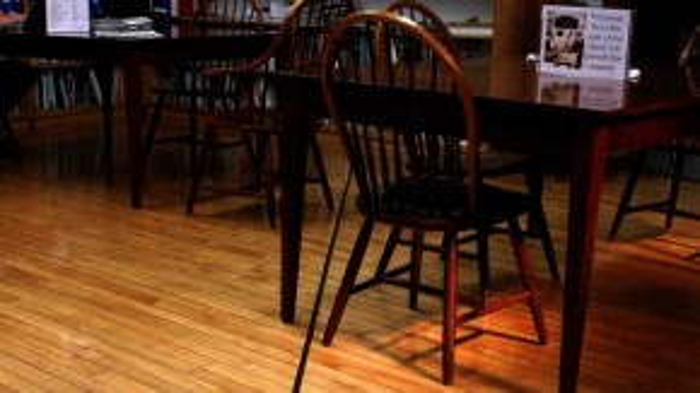 Ngồi trong nhà hàng tại thị trấn Derby Line , bạn sẽ có cơ hội bước chân ngay trên biên giới Mỹ – Canada chạy xuyên qua căn nhà này.