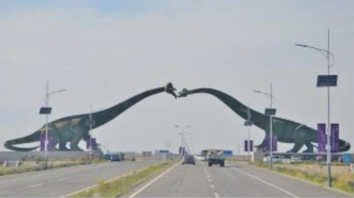 """Có lẽ không có đường biên giới nào """"độc"""" hơn hai con khủng long đang hôn nhau trên đường biên giới Trung Quốc – Mông Cổ."""