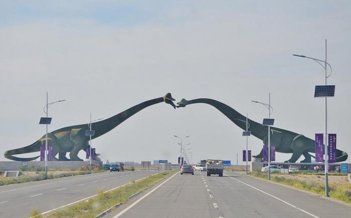 """Có lẽ không có đường biên giới nào """"độc"""" hơn hai con khủng long đang hôn nhau trên đường biên giới Trung Quốc - Mông Cổ."""