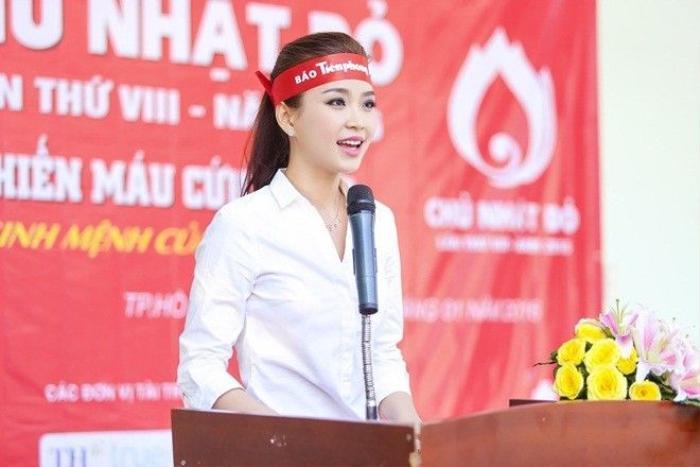 Diễm Trang đại diện các nghệ sĩ góp mặt trong sự kiện lên phát biểu, kêu gọi mọi người cùng hiến máu.