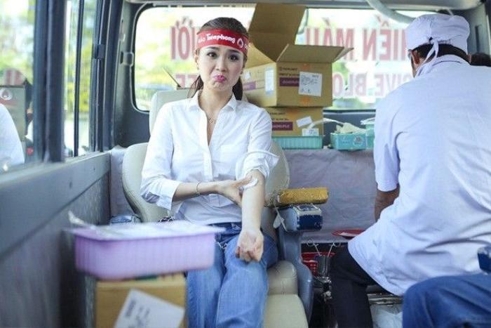 """Tuy khá đau nhưng á hậu 2 của cuộc thi Hoa hậu Việt Nam 2014 không quên tạo dáng """"xì-tin"""" khi bắt gặp ống kính máy ảnh."""
