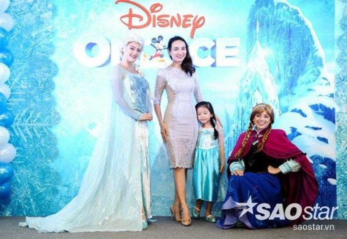 Hoa hậu Ngọc Diễm diện chiếc đầm ren quyến rũ. Trong khi đó, con gái cô lại hóa thân thành một tiểu Elsa. Cả hai tranh thủ lưu lại khoảnh khắc đáng nhớ cùng hai nghệ sĩ sẽ đảm nhận vai Elsa và Anna ở chương trình sắp tới.