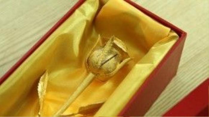 Trước đó, doanh nghiệp này cũng từng nâng cấp mẫu hoa hồng vàng đúc nguyên khối đó bằng kim cương và ruby, đẩy giá trị sản phẩm lên đến 250 triệu đồng.