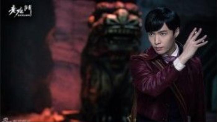 """Trương Nghệ Hưng vào vai Nhị Nguyệt Hồng, một người mà dù khi bày mưu tính kế vẫn có thể bình tĩnh trấn định. Trong phim, anh mang theo di chỉ của tổ tiên, dẫn dắt """"Mạc kim đội"""" phá bỏ được bộ phận trọng yếu của mộ hạ, tìm kiếm bí ẩn của gia tộc."""