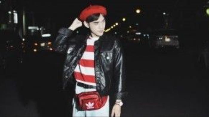 Item túi bao tử đỏ kèm nón beret cùng màu sọc với áo giúp set đồ trông nổi bật mà không quá chói lóa.