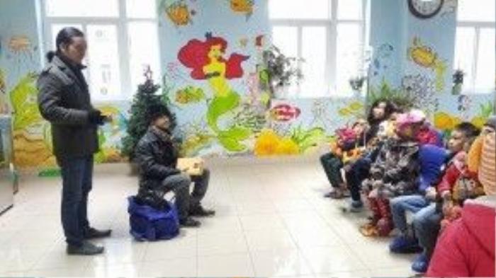 Cũng sau liveshow, dù cũng là một trong những bệnh nhân đang chống chọi với căn bệnh nguy hiểm nhưng nhạc sĩ còn tự mình đi đến tận cáckhoa Nhi bệnh viện K3 Tân Triều trao những phần quà cho những bệnh nhân kém may mắn.