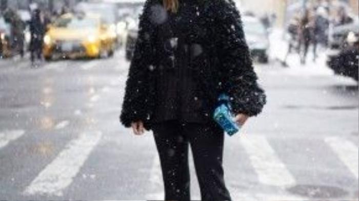 Trước đó, tại New York Fashion Week, cô cũng mặc chiếc quần ống loe cùng áo khoác lông thú.