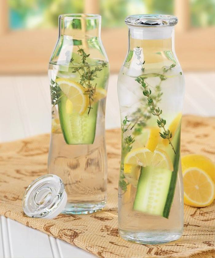 Dùng nước lọc cho vài lát chanh, dưa leo vào để qua 3 ngày, uống thay thế cho nước lọc là cách giảm cân và thải độc nhanh nhất.