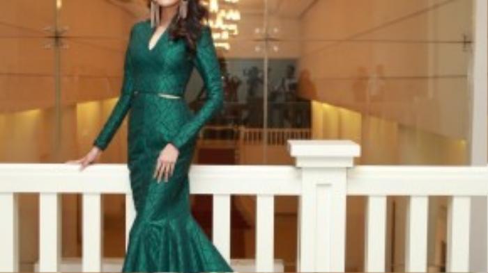 Top 11 hoa hậu đẹp nhất thế giới 2015 - Lan Khuê khoe dáng trong chiếc đầm đuôi cá dài cùng họa tiết triangle của nhà thiết kế Lý Quí Khánh.