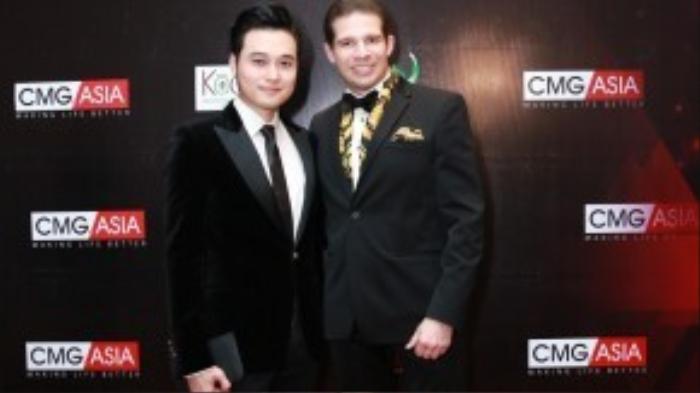 Quang Vinh xuất hiện trong bộ suit đen mạnh mẽ mix cùng loafer và cluth bản nhỏ.