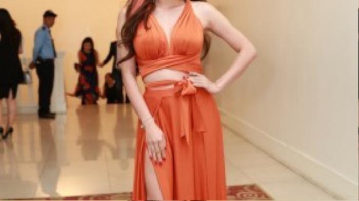 Nắm được lợi thế của mình là làn da trắng, Yaya Trương Nhi diện váy màu cam đất xẻ táo bạo để khoe đôi chân dài của mình. Người đẹp diện một thiết kế cắt xẻ nhưng vẫn rất thời thượng, đúng hot trend từ các sàn diễn cao cấp năm nay.