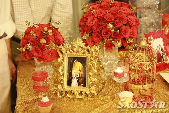 Tiệc cưới của Nam Cường được trang trí theo phong cách phương Tây với gam màu đỏ vàng làm chủ đạo.