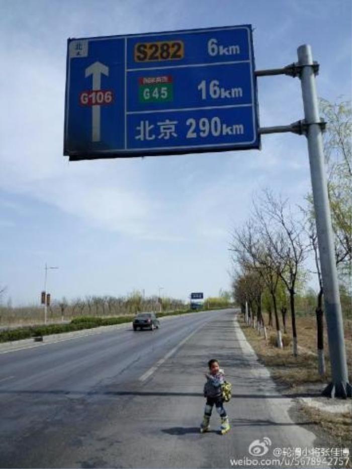 Tới mỗi thị trấn Zhang đều chụp ảnh kỷ niệm cho con