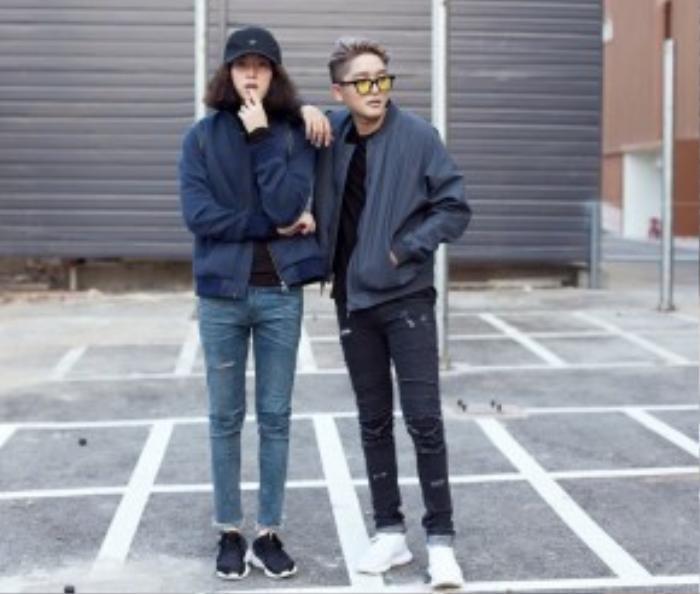Nếu muốn diện Ripped jean theo xu hướng sporty, năng động, bạn có thể kết hợp cùng áo khoác bomber, giày sneaker như anh chàng Phúc Lưu.
