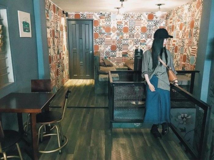 Nguyễn Khoa Phương My trung thành với tóc thề, nhưng lại chọn tông tóc đen huyền bí đi kèm mũ lưỡi trai ton sur ton.