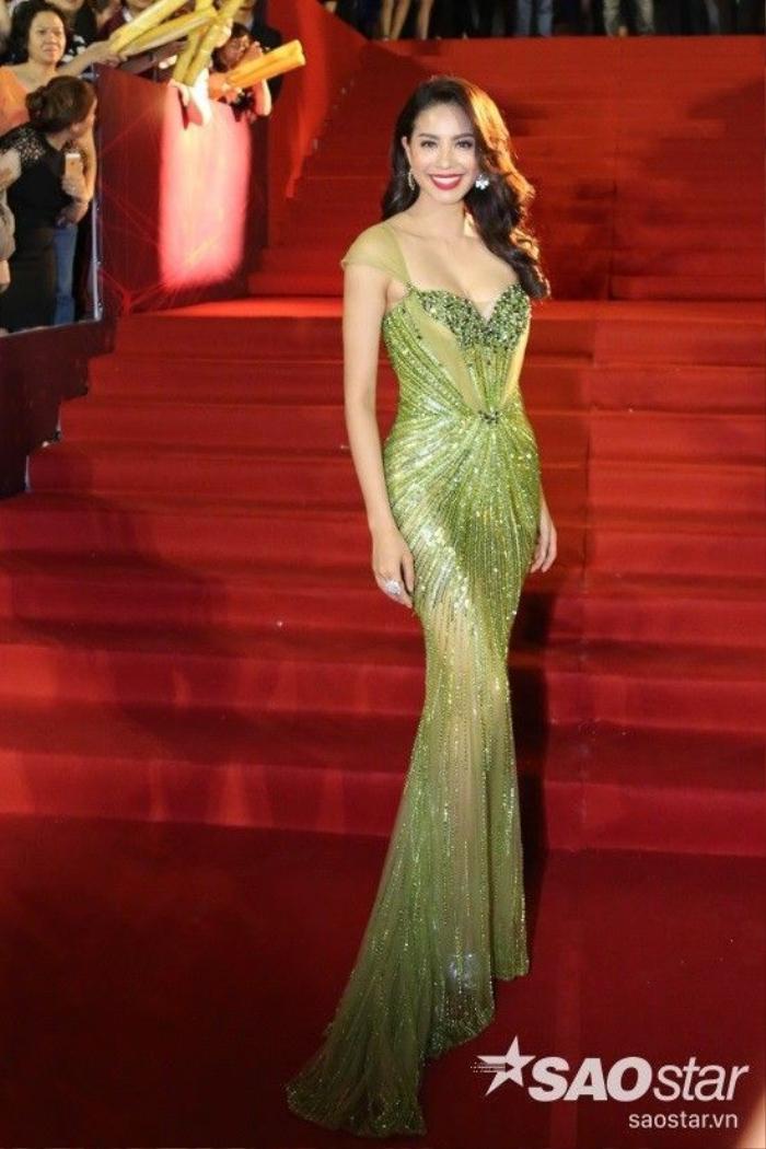 Hoa hậu Phạm Hương thu hút mọi ánh nhìn với bộ cánh lộng lẫy và thần thái rạng rỡ. Người đẹp đảm nhận vai trò dẫn dắt đêm trao giải cùng MC điển trai Bình Minh.