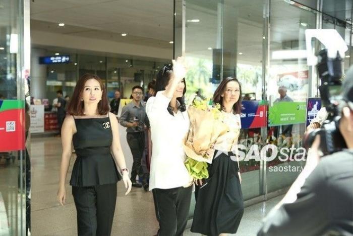 Hoa hậu Thu Hoài xuất hiện trẻ trung bên cạnh Hồ Hạnh Nhi. Cả hai có mối quan hệ rất thân thiết.