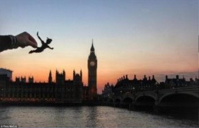 Trong bức ảnh chụp tháp Big Ben vào năm 1953, McCor đã tạo ra một Peter Pan đang bay trên nền trời hồng trông nước Anh thật khác lạ.