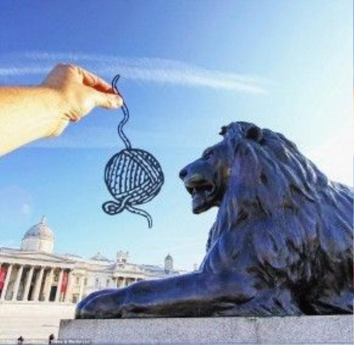 Con sư tử ở quảng trường Trafalgar dường như đang bị trêu chọc bởi một thứ đồ chơi dành cho mèo