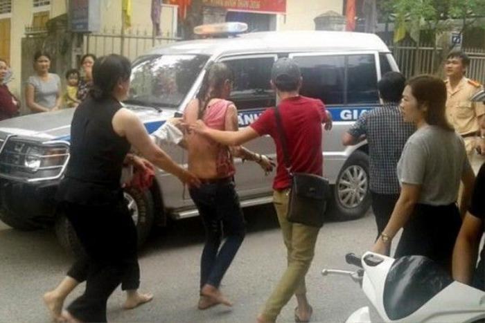Chị Lan được người dân đưa đi vào viện cấp cứu sau khi bị đốt. Ảnh: Dân Việt.