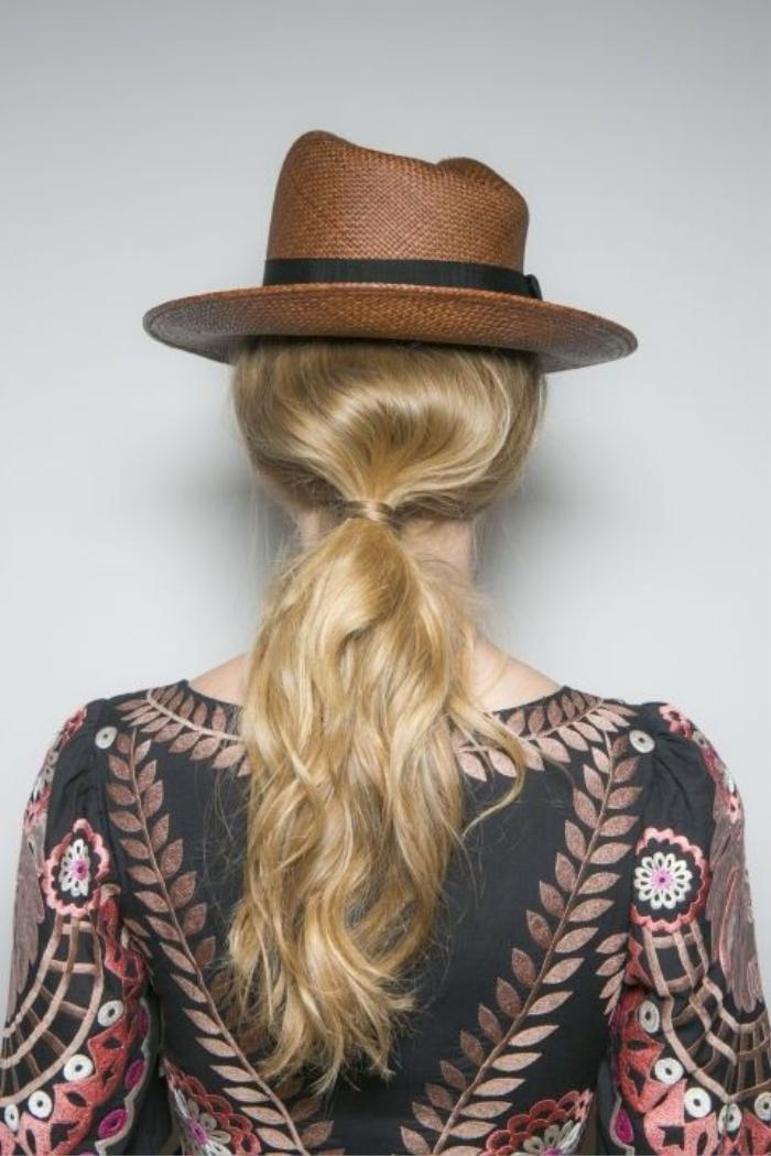 Kiểu tóc đuôi ngựa gợn sóng trong BST xuân hè của nhà mốt Temperley