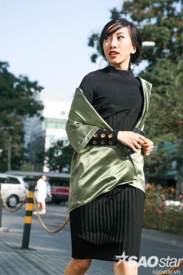 Phan Linh với mái tóc buộc thấp cùng vài lọn tóc trước trán nhuốm màu high fashion.