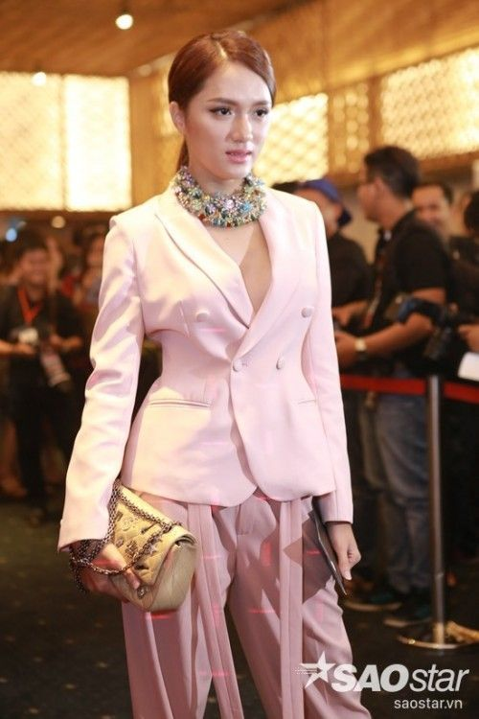 Hương Giang Idol với điểm 10 cho độ chất kho diện mái tóc ngôi 7/3 thanh lịch này.