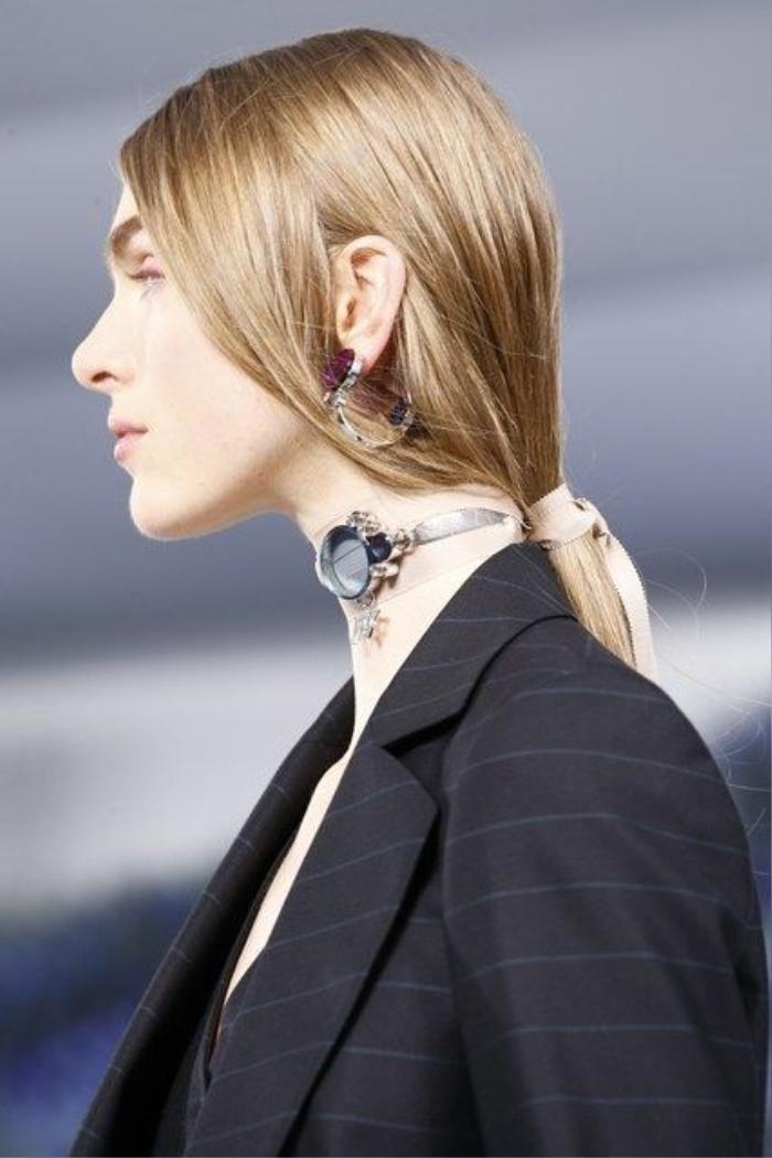 Dior đẳng cấp với ponytail đi cùng choker
