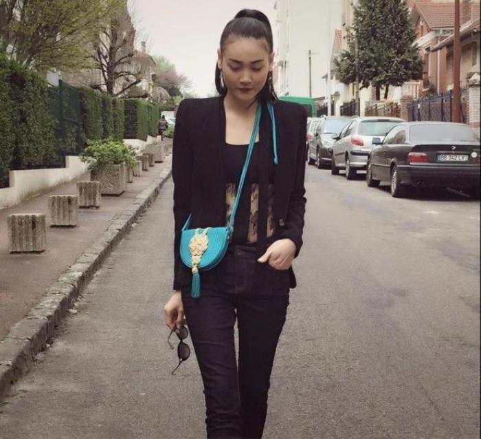 Model Thùy Trang ấn tượng với bộ suit đen đậm chất nam tính đi kèm tóc đuôi ngựa cao.