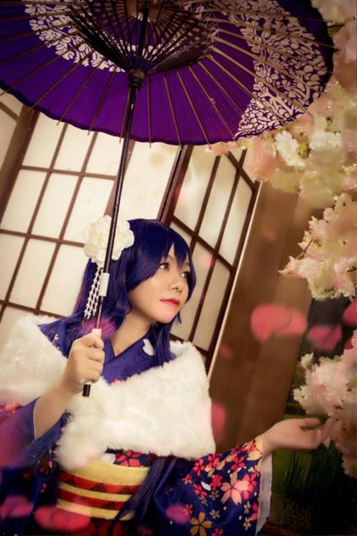 Có vẻ các cô gái rất yêu thích các nhân vật trong bộ anime Love live, một phiên bản đầy mơ mộng của cô nàng Umi Sonoda tóc xanh tím trong cùng anime vối tông son hồng đỏ nổi bật. Zeng Won tiết lộ thông thường tóc màu gì thì cô sẽ đánh cho lông mày màu đó để tiệp màu hơn.