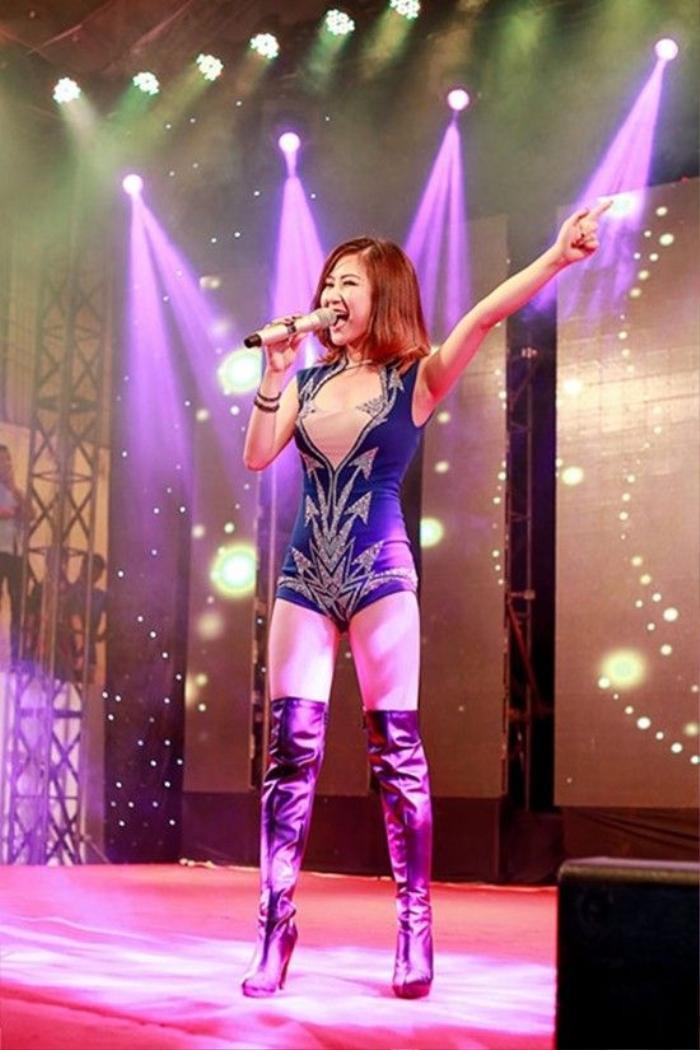 Nữ ca sĩ bất ngờ khi khán giả đồng loạt thuộc và hát theo các ca khúc của cô.